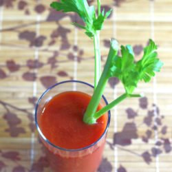 This classic Bloody Mary recipe probably dates back to the 1920s. It's so easy to make! Try making them for your next brunch party! #bloodymary #bloodymaryrecipe #bloodymarydrink #vodkadrinks #vodkacocktails #brunchdrinks