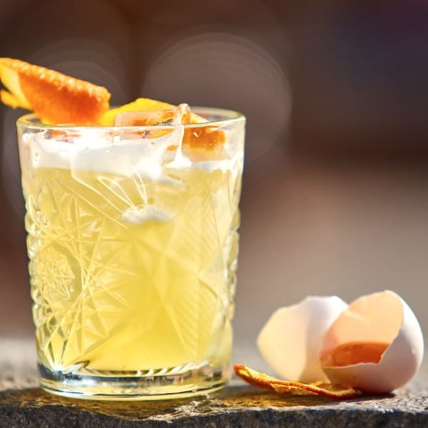 The Whiskey Sour blends bourbon whiskey with lemon juice, sugar and optional (but highly recommended) egg white for a taste that's sharp and refreshing, but still sweet. #whiskeycocktails #mixthatdrink #whiskeysour #bourboncocktails #sourcocktails #classic cocktails