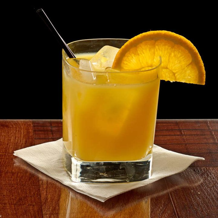 Tips for Making the Best Screwdriver With a drink this simple, quality of ingredients is everything. There's no magic shortcut. The smoother your vodka, the easier a Screwdriver will go down. Avoid pulpy orange juice, and go with either a premium brand of orange juice or fresh squeezed. A Screwdriver goes with any food orange juice goes with. The first meal that comes to mind is, of course, breakfast. But you don't have to start drinking at 6 am to enjoy a screwdriver with breakfast: just have breakfast foods for dinner or lunch! Omelet, bacon, sausage, ham, pancakes, French toast - good, heavy, stick-to-your-ribs food. Ever versatile Screwdrivers are also tasty with smoky foods, like a pulled pork sandwich or steaks from the smoker. Smoked almonds and cheeses make a nice munchie to snack along on with a screwdriver. Salty snacks work well, too, especially if they have a strong flavor. Try pretzels or flavorful crackers.