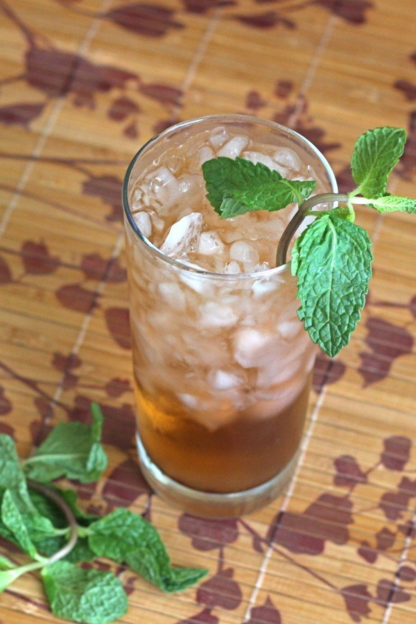 Mint Julep drink recipe with bourbon, sugar and mint.