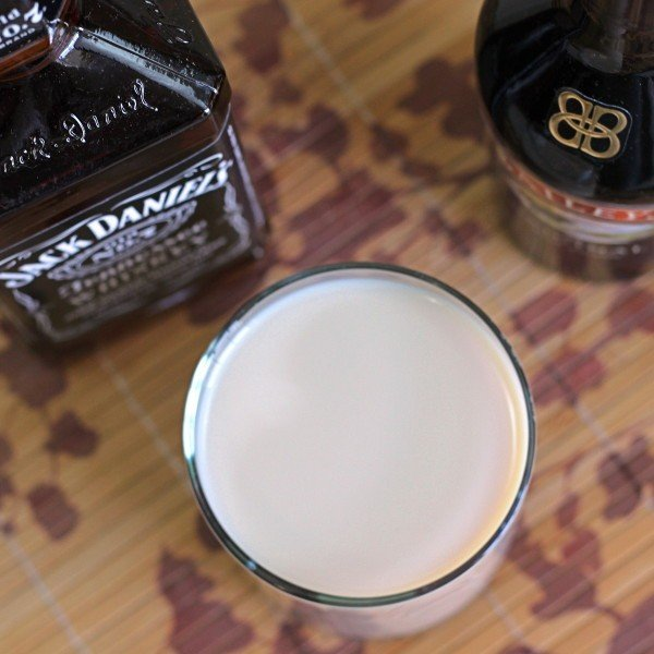 Jack Knife drink recipe, featuring Jack Daniels and Baileys Irish Cream.